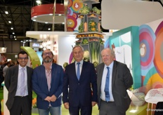 Daniel Soares, Christian Berthe, Laurent Grandin et Louis Orenga devant l'emblématique tour Eiffel de Fruits et Légumes d'Interfel au salon du Fruit Attraction